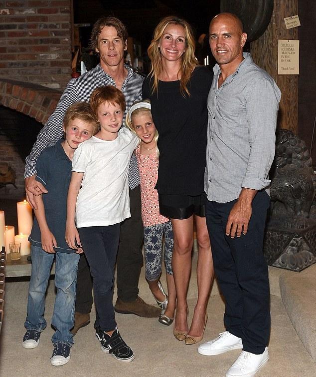 جوليا روبرتس في صورة مع عائلتها للمرة الأولى