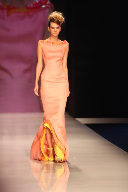 fde1be7cb Arab Fashion week يفتتح يومه الأول بفساتين ملكية في دبي   مجلة سيدتي