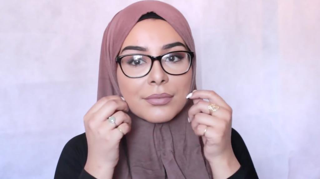 21ca0e0c7 بالفيديو: 3 لفات طرح مناسبة للنظارات الطبية | مجلة سيدتي