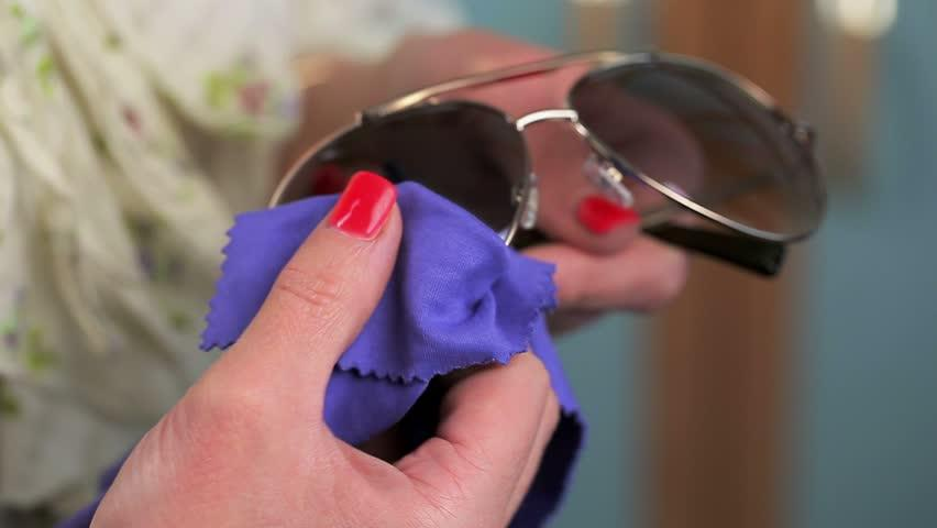 49d7b369e بالفيديو: تنظيف النظارّات الشمسية بـ3 خطوات | مجلة سيدتي