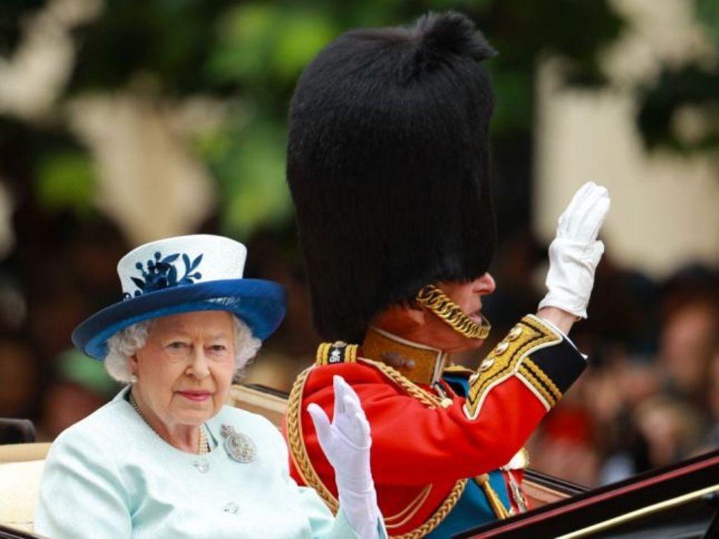 الملكة إليزابيت تُكرّم أنجلينا جولي بلقب السيدّة القائدة