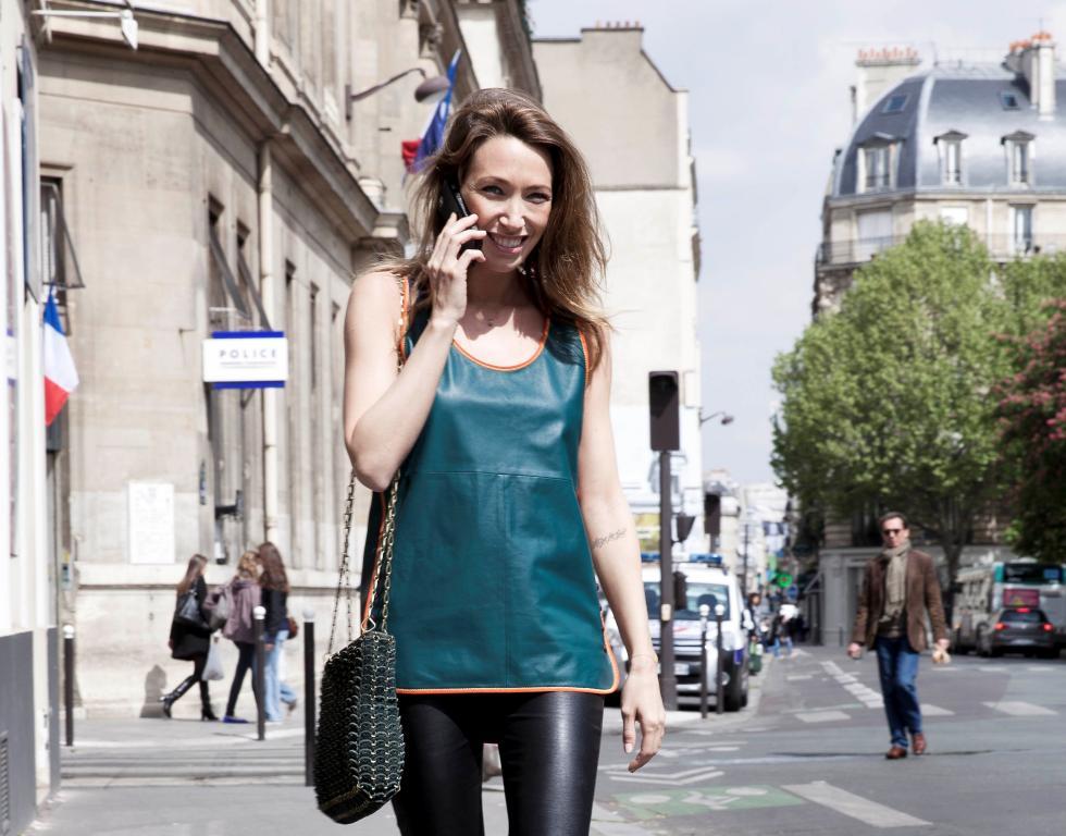 لورا سميت تتألق بملابس من مجموعة Tommy Hilfiger