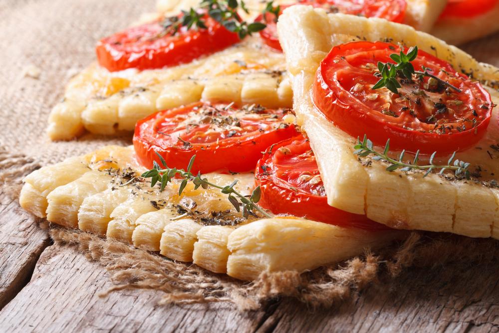 فطائر الجبن والطماطم بعجينة الباف بيستري