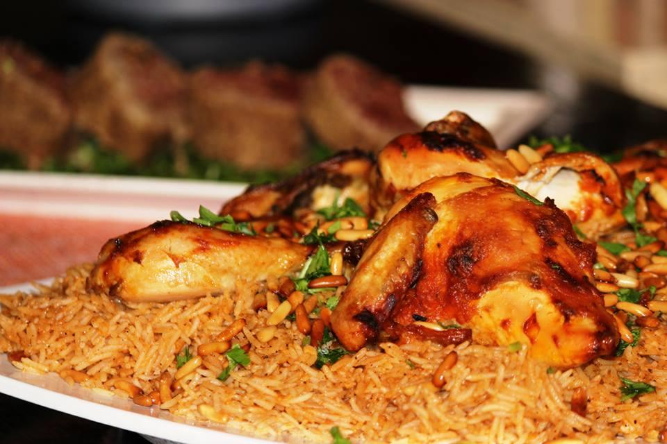 أرز محمر مع الدجاج لغداء اليوم