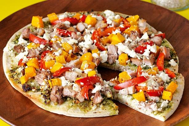بيتزا بالخضار وصلصة البستو وجبنة الفيتا