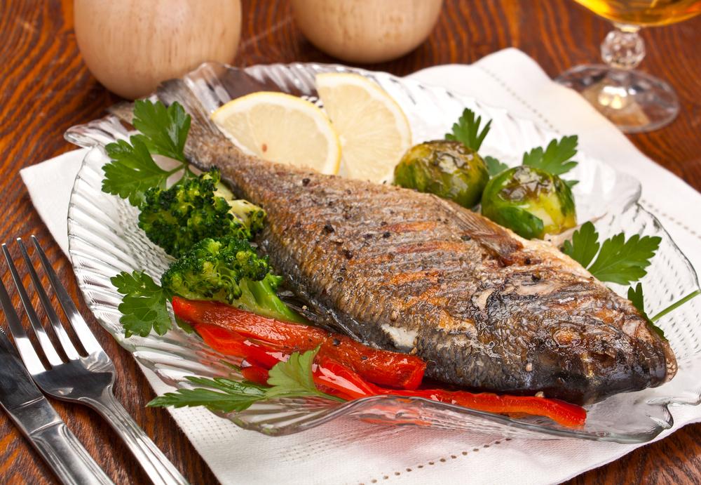 سمك مشوي بالأعشاب لرجيم مثالي