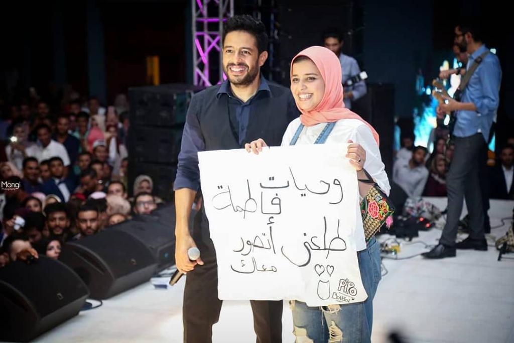 بالصور: معجبة تحصل على صورة مع محمد حماقي  بأغرب طريقة    مجلة سيدتي