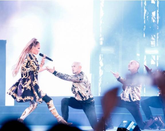 إطلالة جنيفر لوبيز في دبي بتوقيع Versace   مجلة سيدتي
