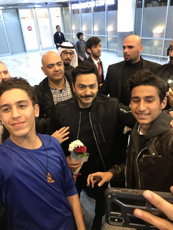 تدافع باستقبال تامر حسني في مطار الكويت لإحياء حفل مساء اليوم   مجلة سيدتي