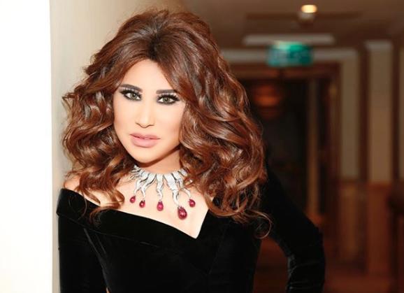 22dfee705 أما نادين نجيم فقد اختارت مع فستانها الذهبي من