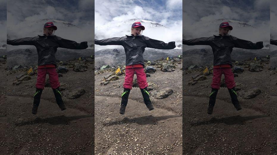 بالصور.. طفلة تتسلق أعلى جبال إفريقيا تكريماً لأبيها   مجلة سيدتي