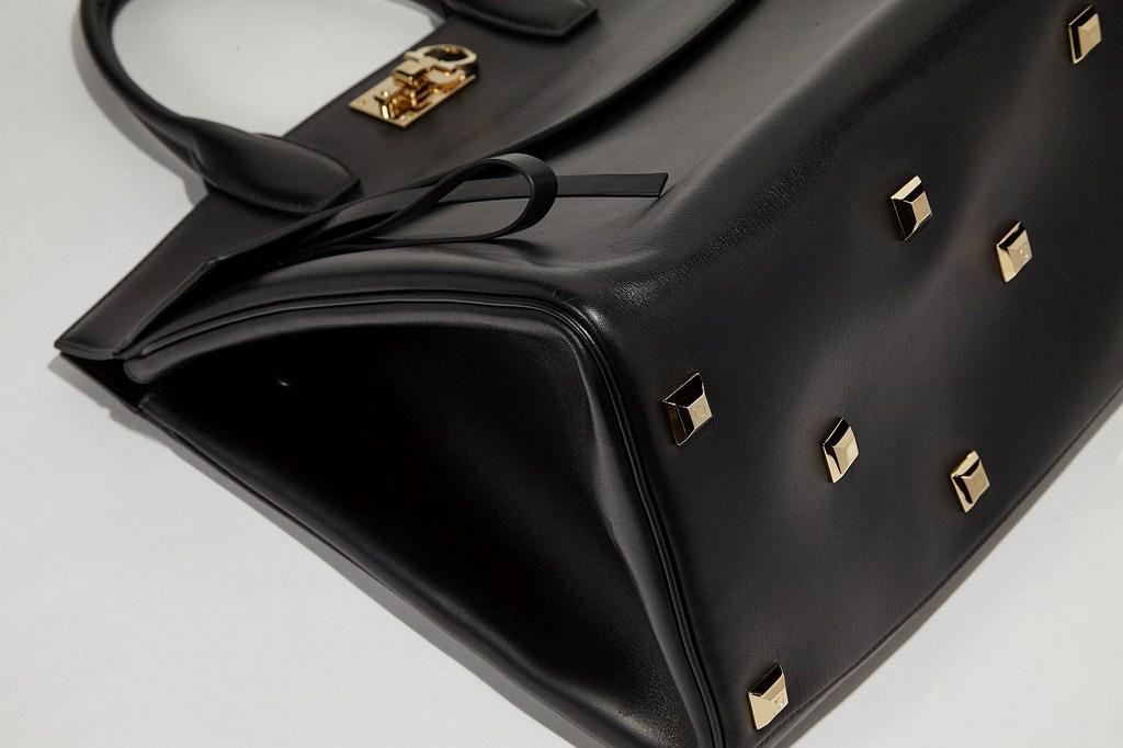 aceb1fb5b3309 تعرّفي إلى حقيبة ستوديو من سلفاتوري فيراغامو
