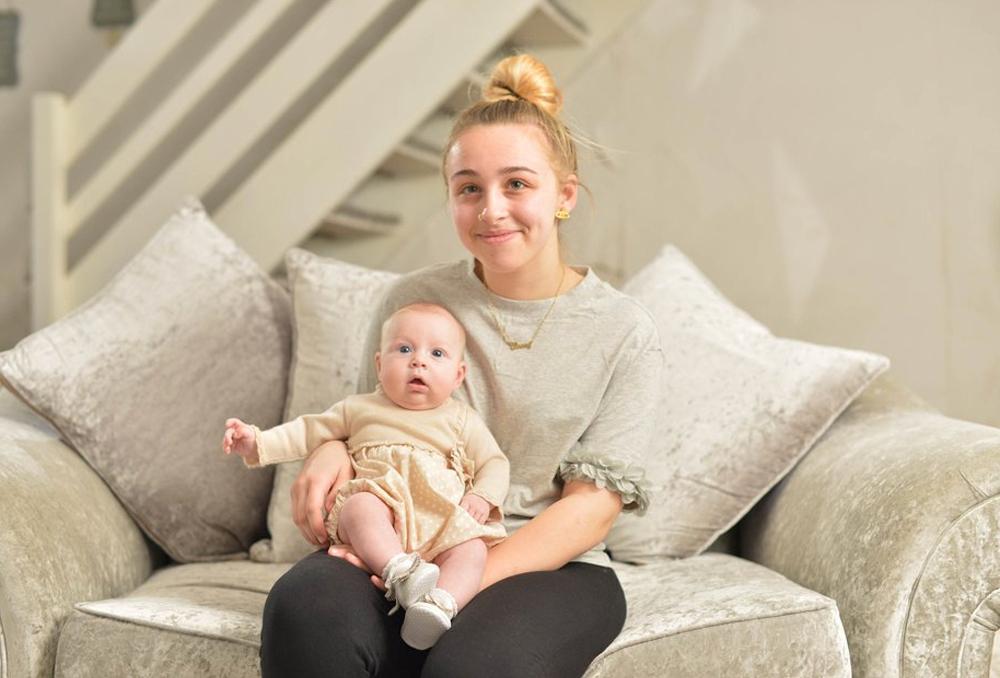 قصة أكثر من سيدة بريطانية تكتشف حملها عند ولادتها