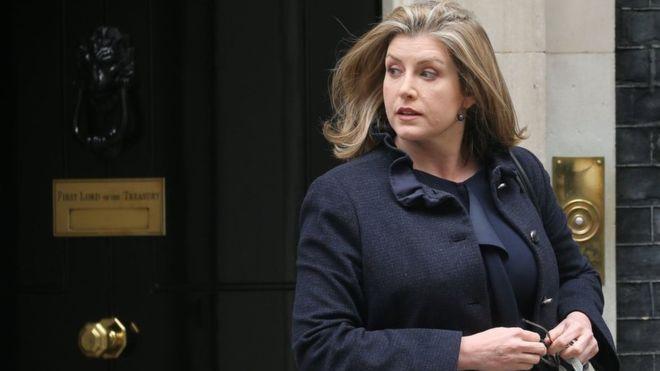 وزيرة الدفاع في بريطانيا