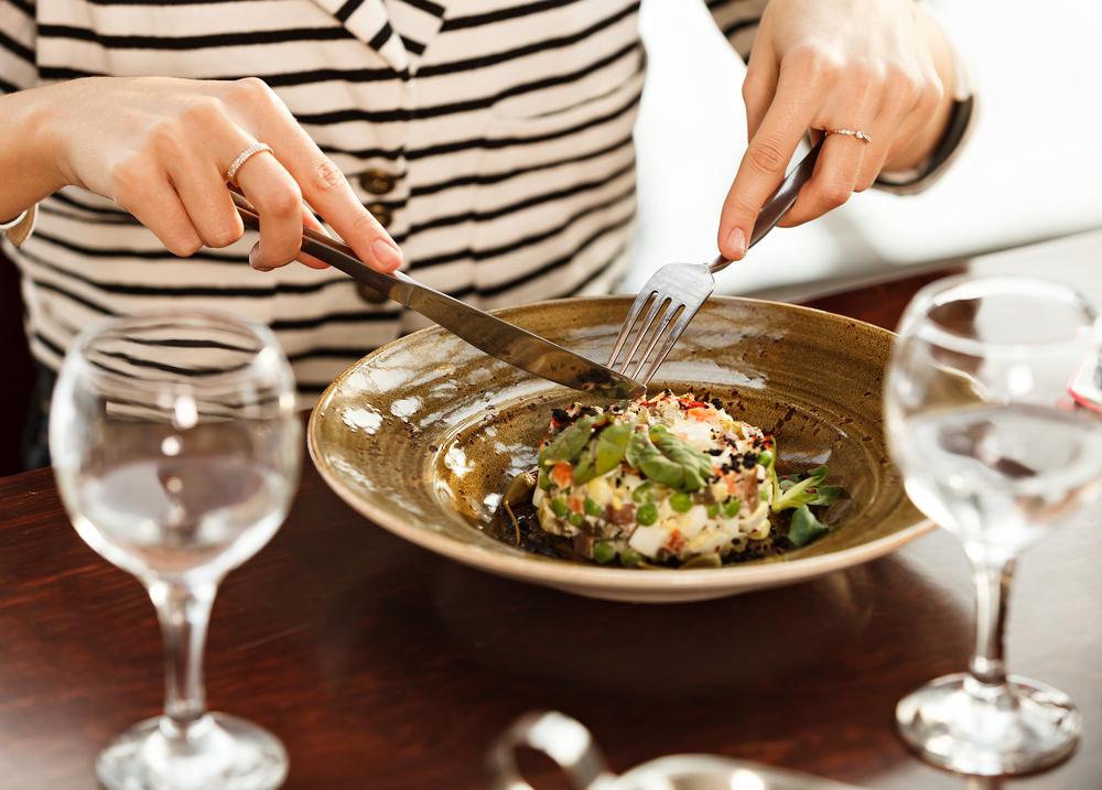 آداب الطعام حسب الاتيكيت   مجلة سيدتي