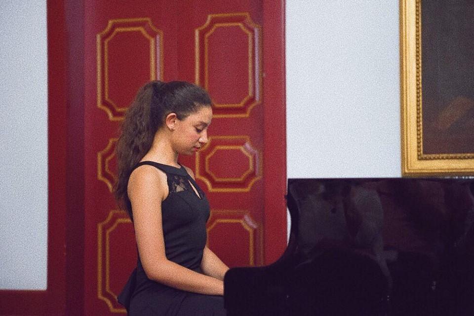 مغربية تفوز بجائزة عالمية للعزف على البيانو