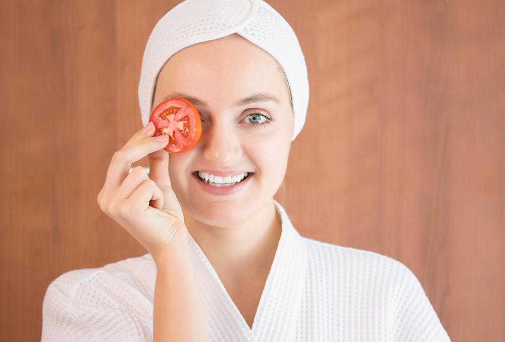 الطماطم لنضارة البشرة الدهنية   مجلة سيدتي
