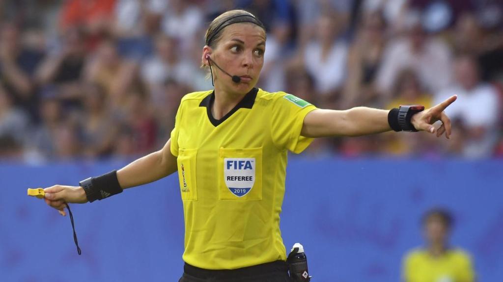 أول امرأة تقود مباراة في مسابقة أوروبية