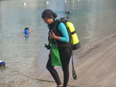 أول إماراتية تسجل رقماً في الغوص الحر