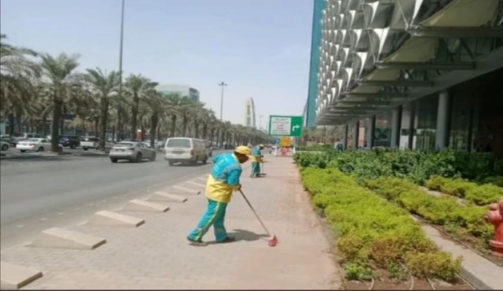 تجنيد المئات من العاملين والمُعدَّات لتنظيف مواقع فعاليات اليوم الوطني في الرياض   مجلة سيدتي