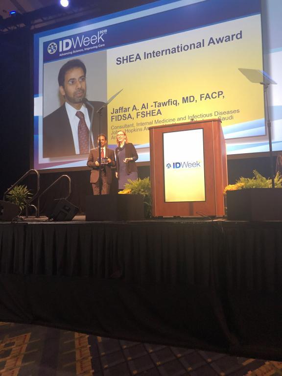 الطبيب السعودي جعفر آل توفيق ينال جائزة التمييز 2019