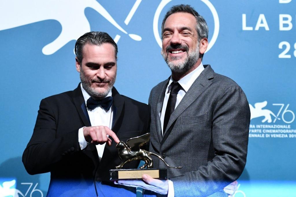 خواكين فينكس يفوز بجائزة الأسد الذهبي
