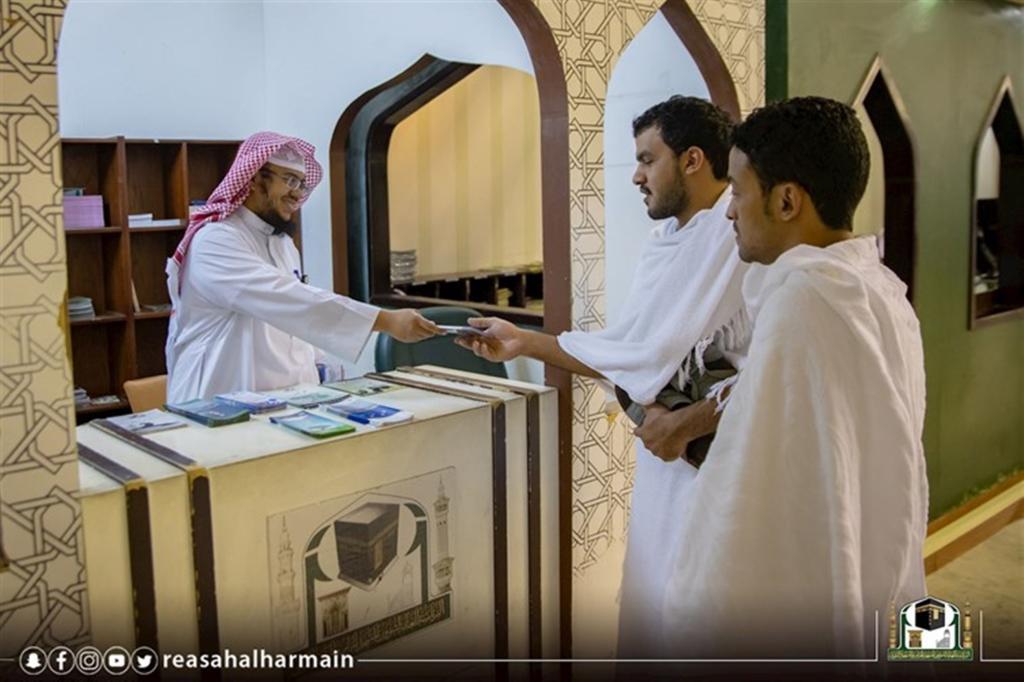 توزيع أكثر من 4000 نسخة من الكتب الشرعية لقاصدي المسجد الحرام   مجلة سيدتي