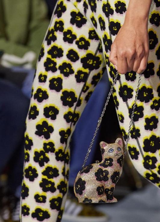 حقيبة على شكل قطة من جوديث ليبير الصورة من حساب الدار على انستغرام