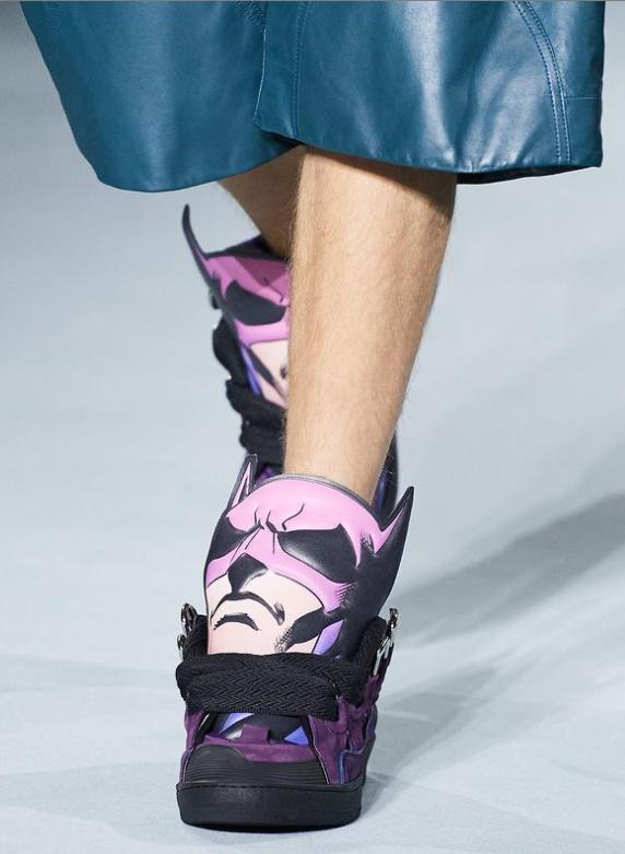 حذاء لانفان المستوحى من شخصية باتمان الصورة من حساب الدار على انستغرام