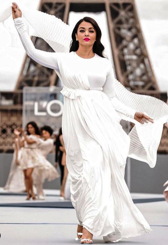 النجمة ايشواريا راي خلال عرض لوريال باريس الصور من حساب النجمة على انستغرام