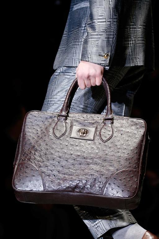 42999baf21ec8 أجمل حقائب اليد للرجل من مجموعات الشتاء!