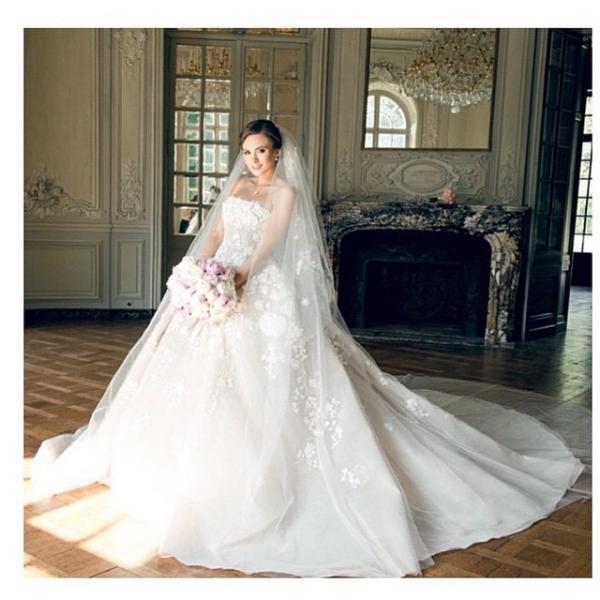 094f397fa2486 فساتين زفاف إيلي صعب بعيداً عن منصات عروض الأزياء!