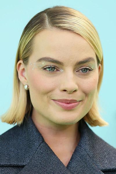 Margot Robbie مكياج عيون غليتر على طريقة