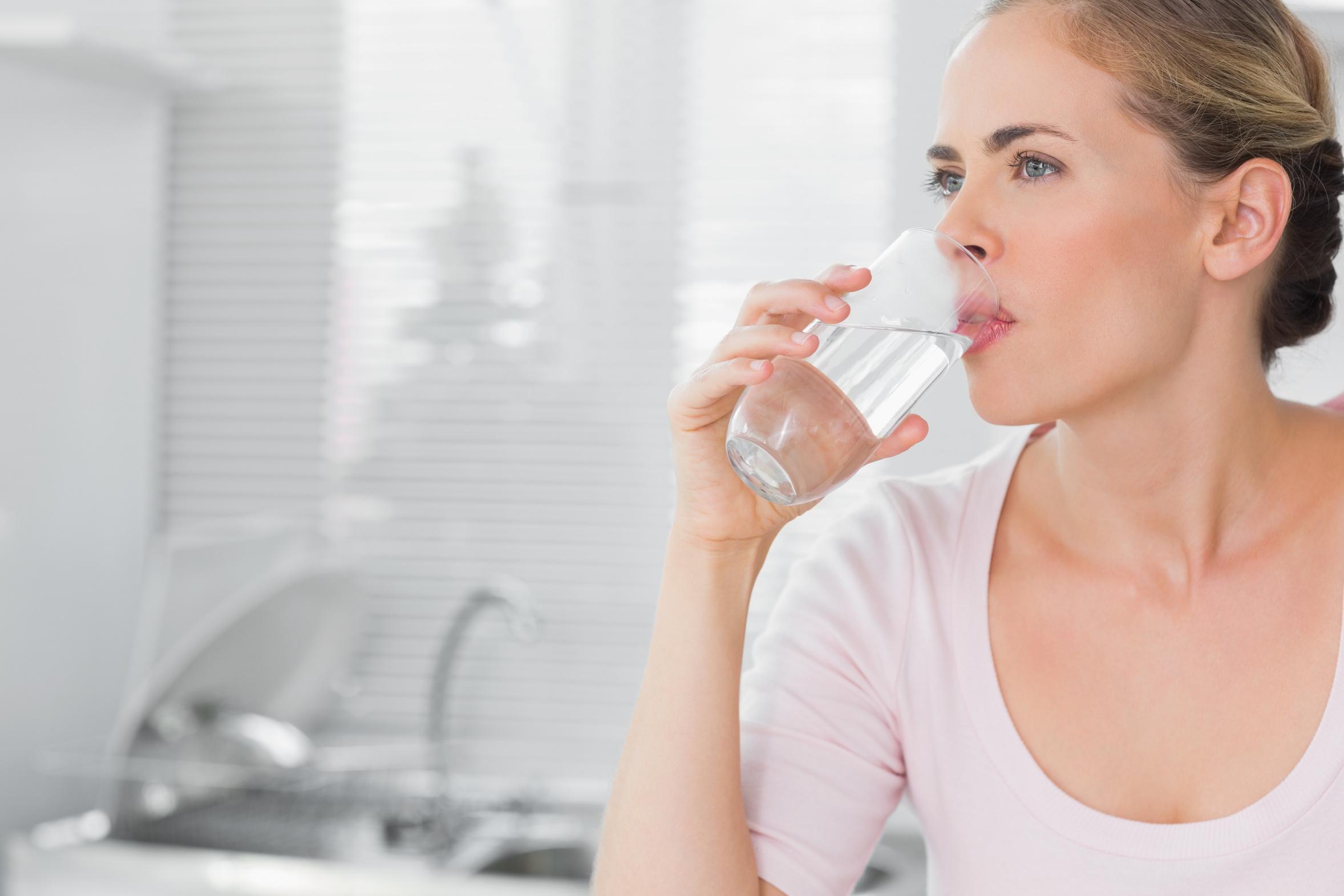 نظام غذائي صحي في رمضان: يُنصح بشرب ليتر ونصف الليتر إلى ليترين من الماء