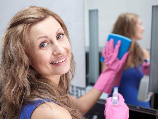 تنظيف زجاج المرايا