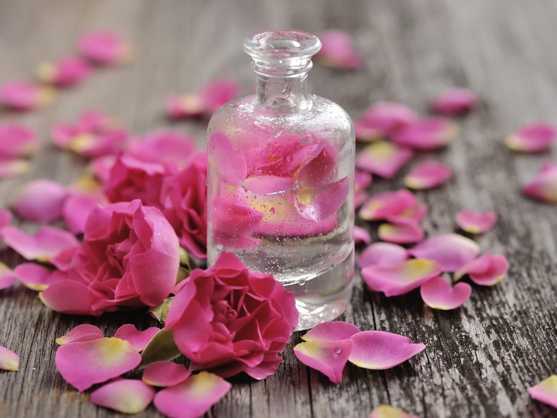 خلطة ماء الورد والنشا لترطيب البشرة