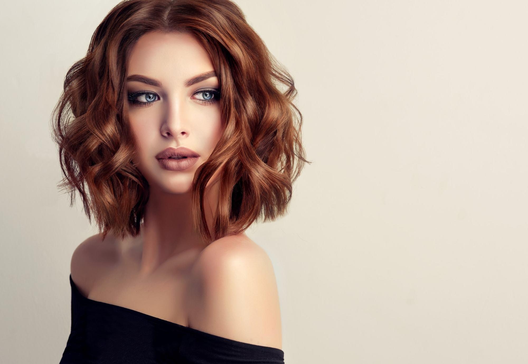 تسريحات شعر بسيطة بفرق وسطي
