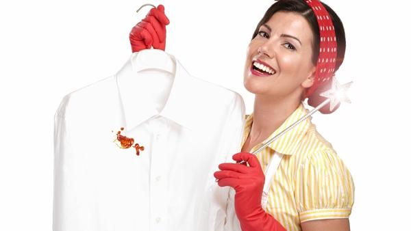 إزالة المكياج من الملابس البيضاء