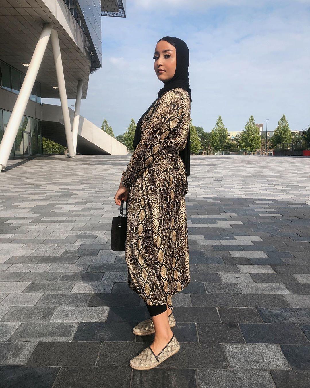 فستان بطبعة جلد الأفعى