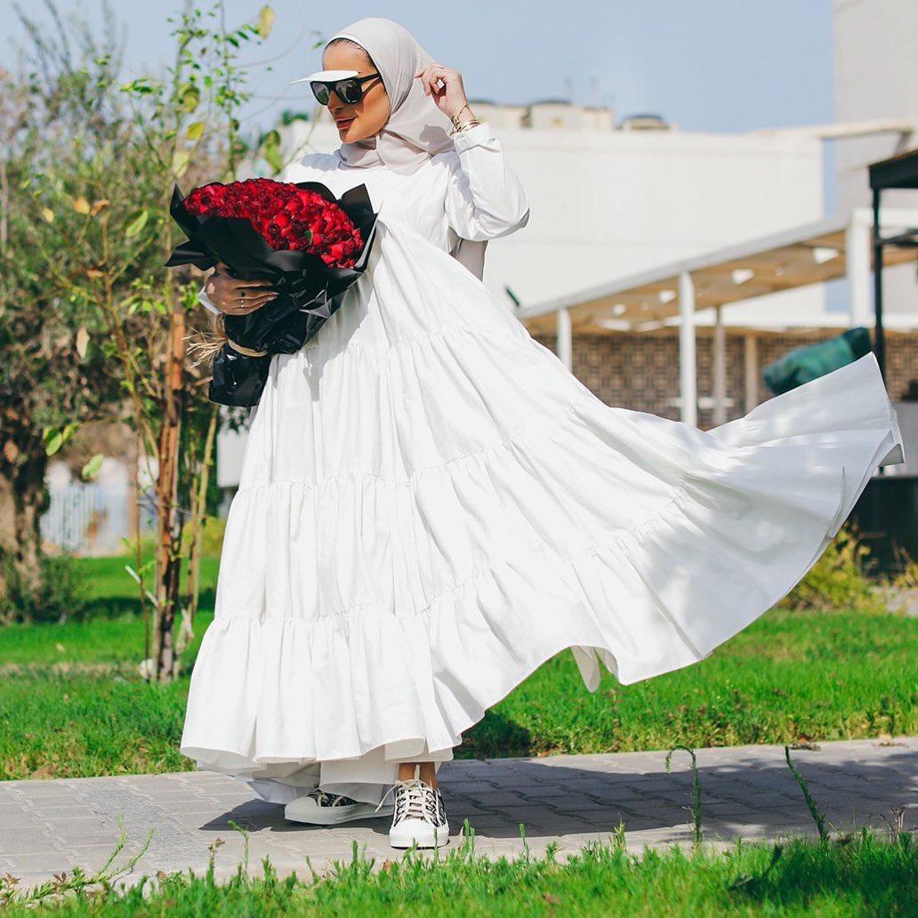 فستان أبيض واسع
