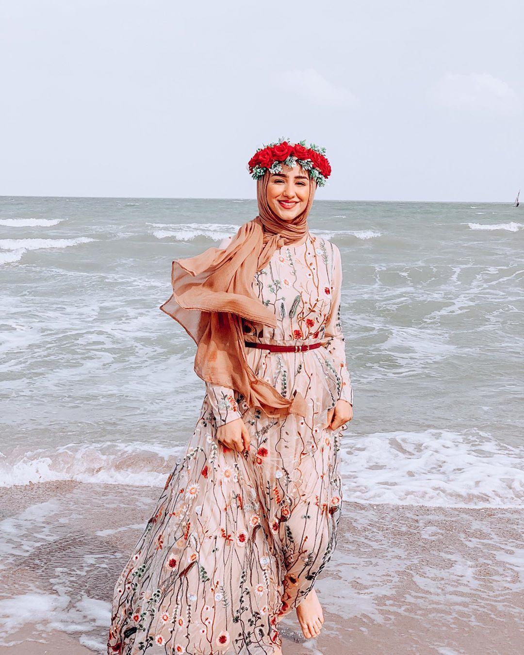 فستان مطرز بالورود للمحجبات