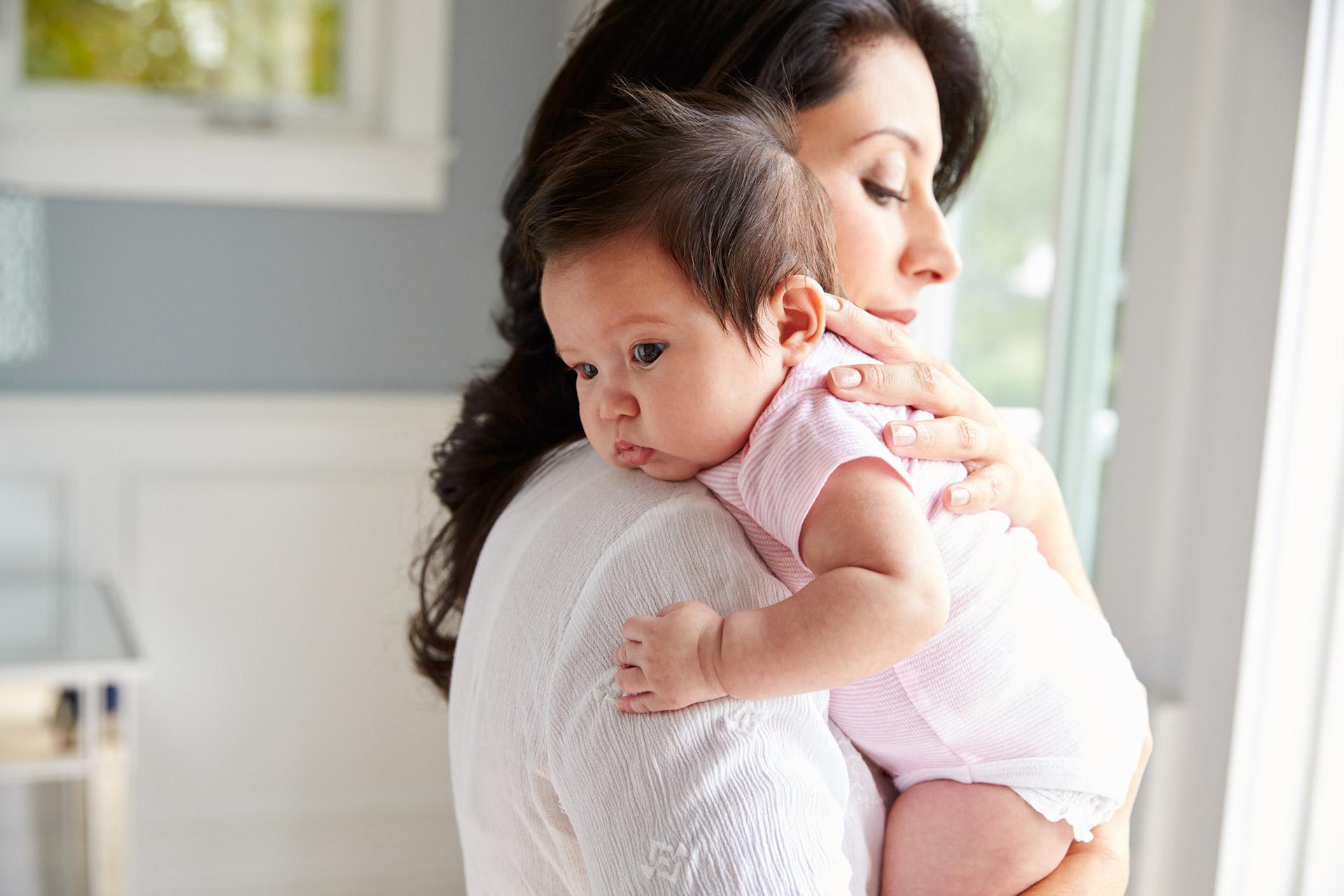 دليلك الشامل للرضاعة الطبيعية young-mom-with-baby.