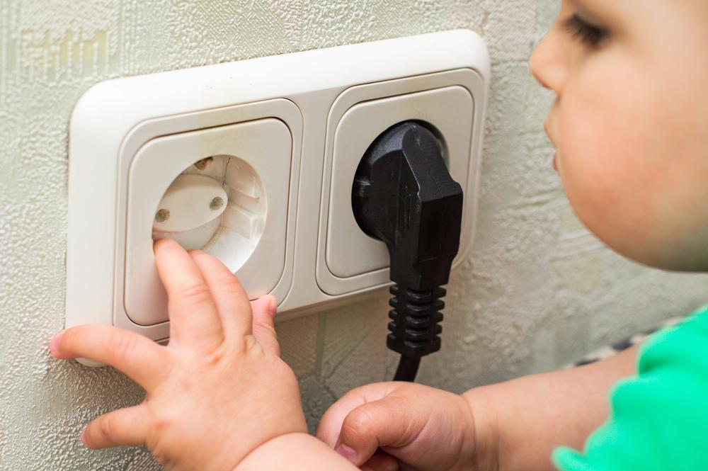 احذري من مجففات الشعر.. أشياء داخل منزلك تعرض حياة طفلك للخطر
