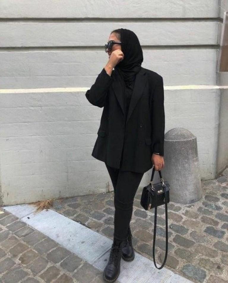 بليزر أسود مع جينز من نفس اللون