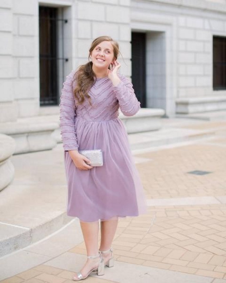 فستان باللون البنفسجي الفاتح