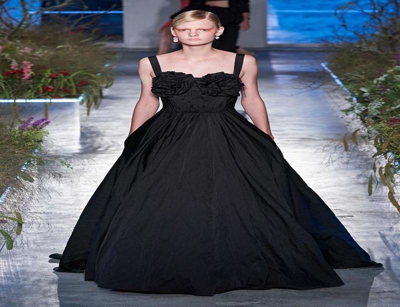 فستان باللون الأسود من مجموعة جايسون وو