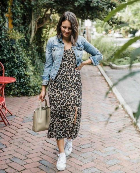 فستان بطبعة النمر مع جاكيت جينز