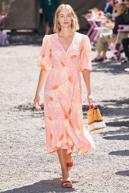 فستان من مجموعة كيت سبيد