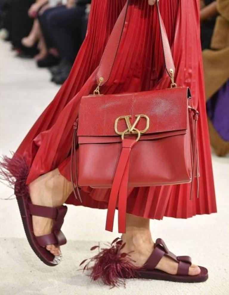 حذاء مسطح مزين بالريش
