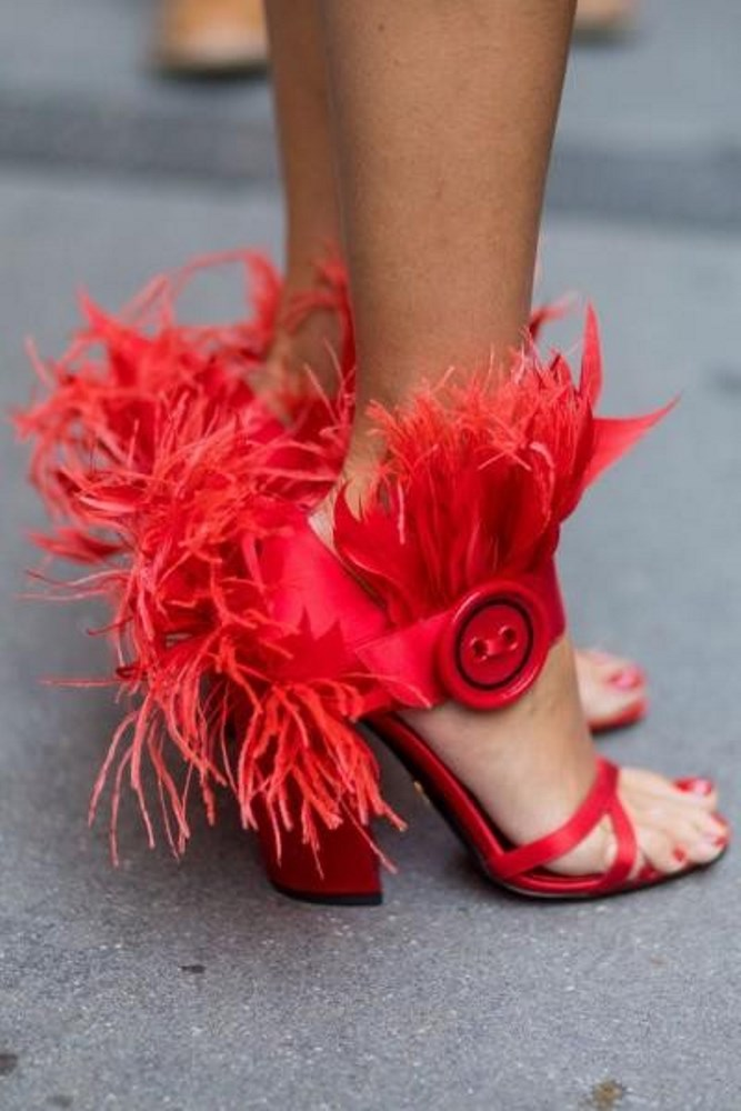 أحذية الريش باللون الاحمر